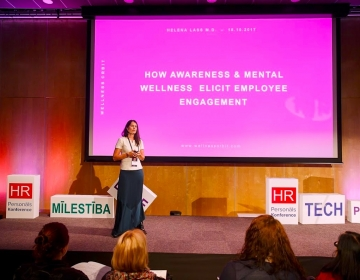 Dr Helena Lass starting a presentation about mental wellnes @ HR PRO, Rīga 2017 10/2017. Photo: Confinn